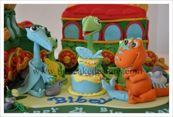 dinosaur train cake decorating set